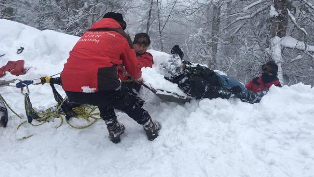 JAK timi kayak yaparken pistten çıkan turisti kurtardı