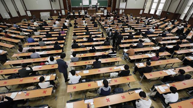 Japonyada 5 bin 800 öğrenci salgın nedeniyle okulundan ayrıldı