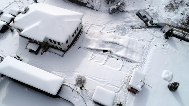 Kastamonuda kardan etkilenmesin diye kapalı alana çekilen otomobilin üzerine çatı çöktü