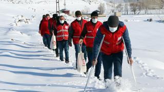 Kızılay gönüllüleri karlı yolları aşarak ihtiyaç sahiplerine yardım ulaştırıyor