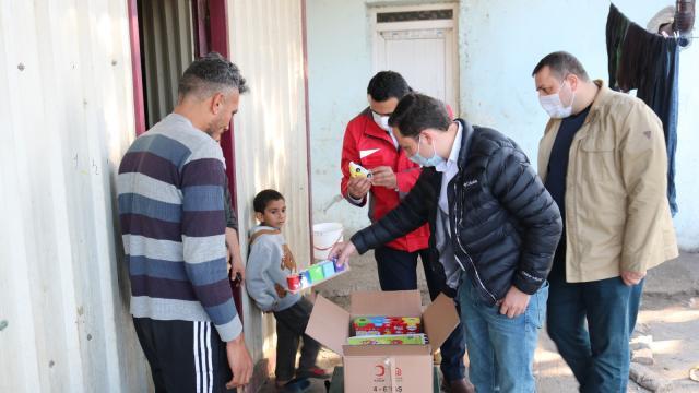 Kızılay Hatay Toplum Merkezi ihtiyaç sahiplerine alışveriş kartı ile çocuk eğitim kiti dağıttı