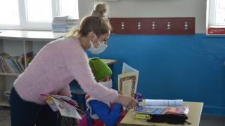 Pervin öğretmen köyleri dolaşarak yaptığı yardımlarla öğrencilerin yüzünü güldürüyor