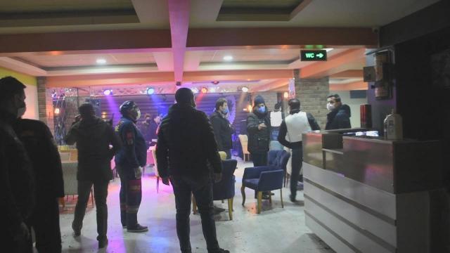 Rehine ihbarına giden polis, 20 kişiyi partide yakaladı