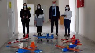 Liseli öğrenciler insansız model uçak yaptı