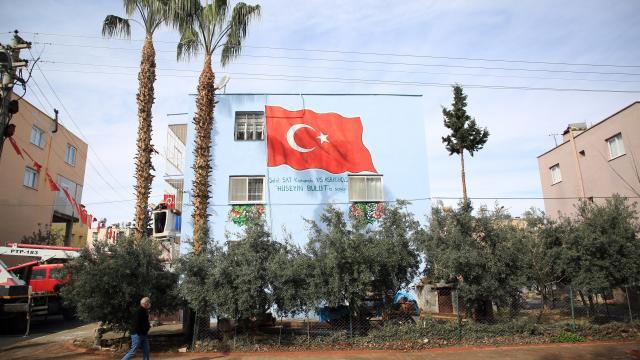 Mersinde şehit ailelerinin evlerine Türk bayrağı resmediliyor