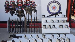 Adana'da polis denetimi: 62 silah ele geçirildi