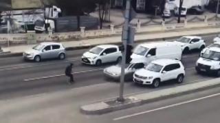 """Ankara'da """"dur"""" ihtarına uymayan şüpheli polise çarptı"""