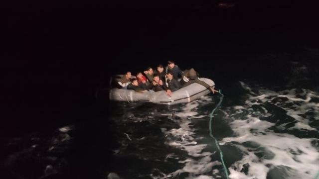 Foçada Türk kara sularına geri itilen 9 göçmen kurtarıldı