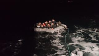 Foça'da Türk kara sularına geri itilen 9 göçmen kurtarıldı