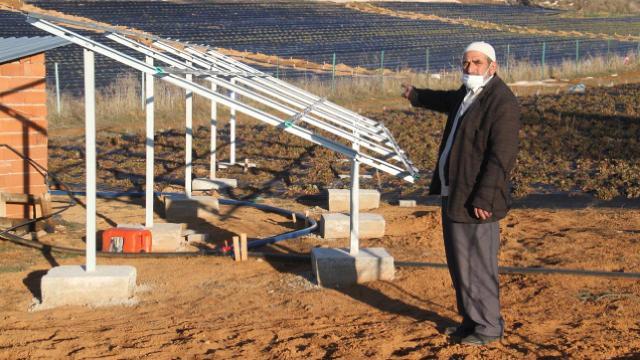 Güneş panelleri çalınan çiftçiler tarlalarda nöbet tutuyor