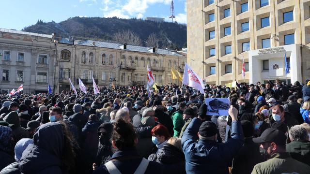Gürcistanda tansiyon yükseliyor: Muhalefet lideri Melianın gözaltına alınması protesto edildi