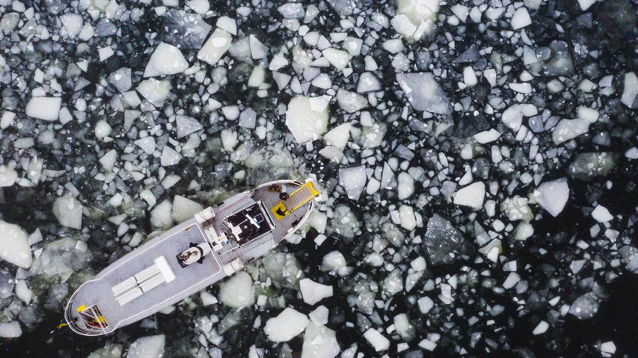 Donmuş gölde buzun kırılması sonucu 4 kişi hayatını kaybetti