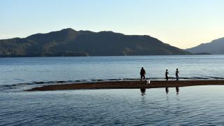 Marmaris'te deniz çekildi, adacıklar oluştu