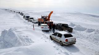 Muş'ta yolda mahsur kalan yaklaşık 100 kişi kurtarıldı