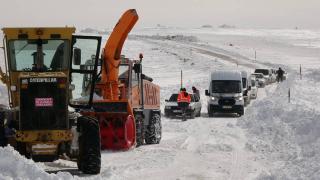 Muş'ta tipi nedeniyle araçlarıyla yolda mahsur kalan yaklaşık 100 kişi kurtarıldı
