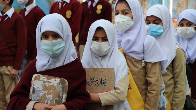 Pakistanda koronavirüs kısıtlamaları kaldırılıyor