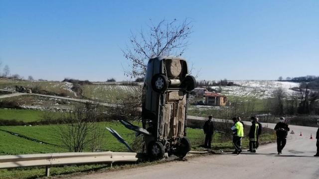 Kocaelide bariyere çarparak dik duran otomobilin sürücüsü yaralandı