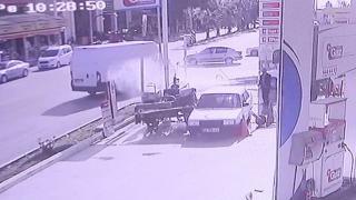 Çalışır halde bırakılan traktör iki araca çarptı