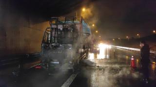 Pendik'te seyir halindeyken alev alan kamyon kullanılamaz hale geldi