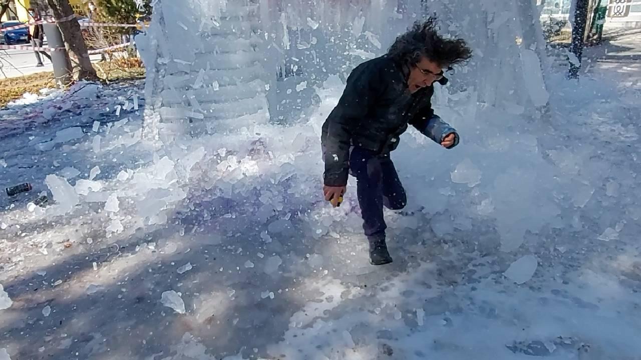 Yaptığı buz kütlesinin altında kalmaktan son anda kurtuldu