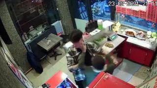 Çiğ köfte acılı olduğu için çalışanı darp etti