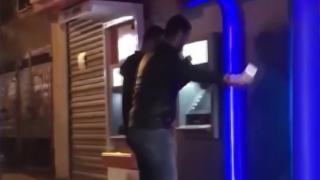 Çaldıkları paraları halay çekerek ATM'ye yüklediler