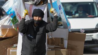 İzmir'de ekmeğini 30 yıldır kağıt satarak kazanan yaşlı kadın, tek göz odasında umut ışığı arıyor
