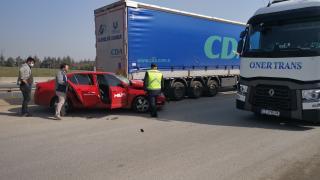 Kocaeli'de tıra çarpan otomobilin sürücüsü yaralandı