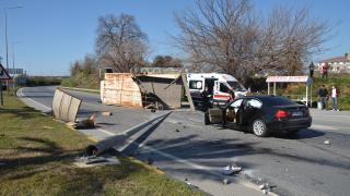 Antalya'da otomobil ile kamyon çarpıştı: 3 yaralı