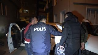 Polisten kaçan sürücünün aracı önce duvara sonra ekip otosuna çarptı