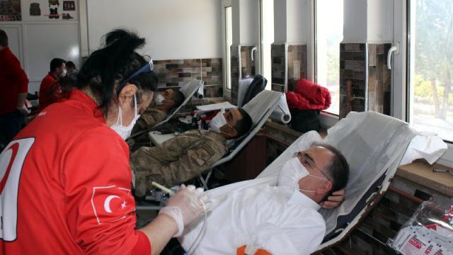 Türk Kızılayına Mehmetçikten kan bağışı