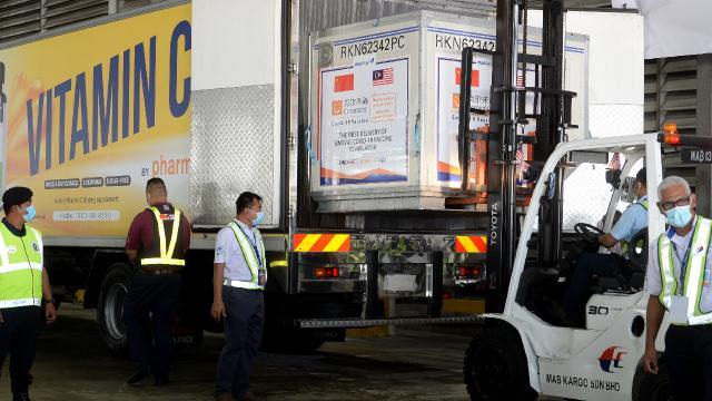 Malezyaya, Sinovacın 300 bin doz COVID-19 aşısı ulaştı