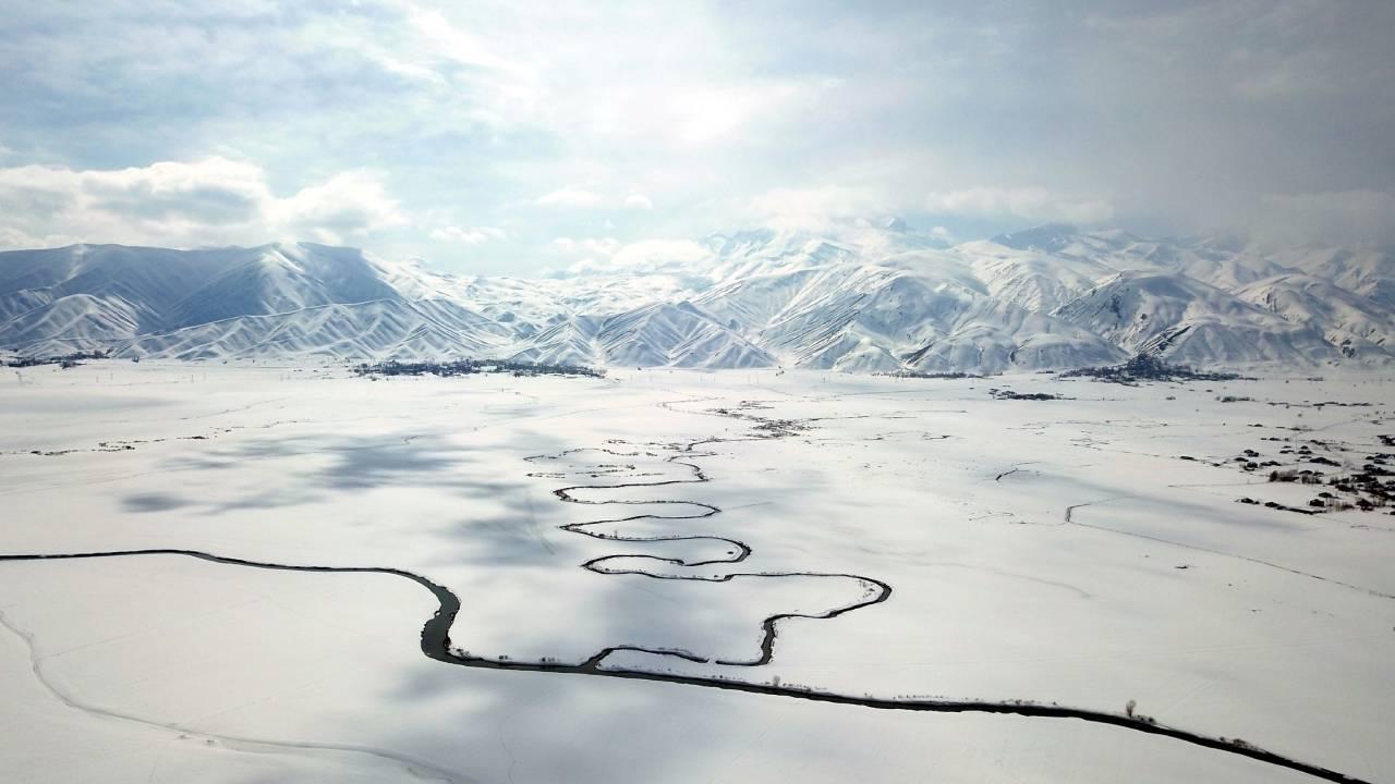 Buz tutan dereler çözüldü, menderesler havadan görüntülendi