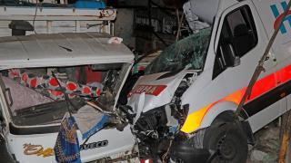 Ambulans park halindeki kamyonlara çarptı: 3 yaralı