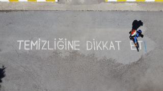 Van'da polisler okul bahçelerine sosyal mesafe uyarı işaretleri çizdi