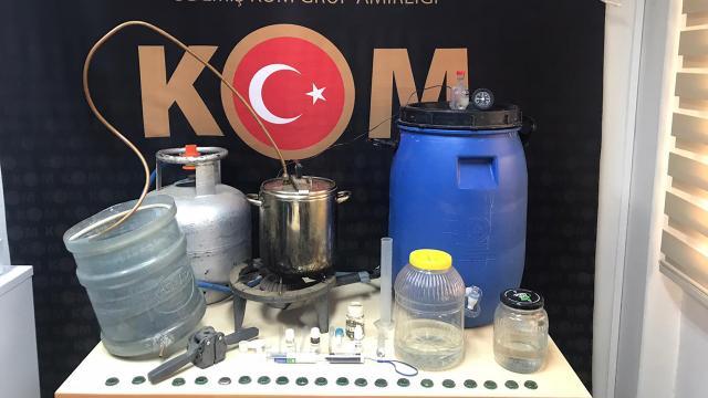 İzmirde bir evde 50 litre sahte içki ele geçirildi