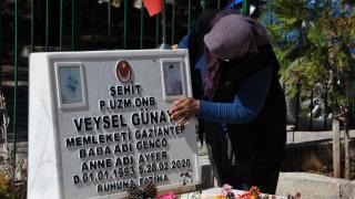 Şehit ailesi, jandarma yardımıyla mezarlığa gitti