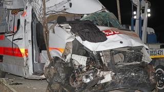 Fethiye'de park halindeki kamyonlara çarpan ambulanstaki 3 sağlık çalışanı yaralandı