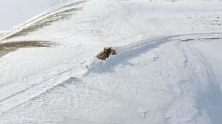 Van'da kar kalınlığı iş makinesinin boyunu aştı