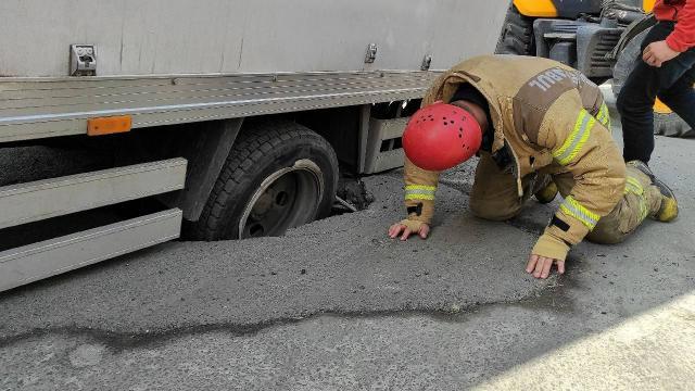 Şişlide yol çöktü, kamyon çukura düştü