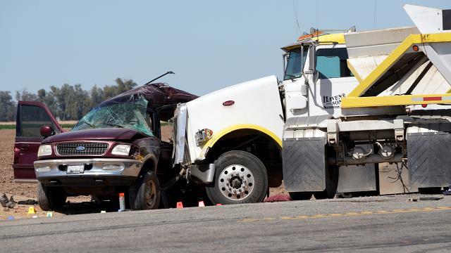 ABDde minibüs ile kamyon çarpıştı: 15 ölü