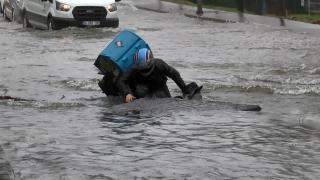 Bağcılar'da su borusu patladı, moto kurye açılan çukura düştü