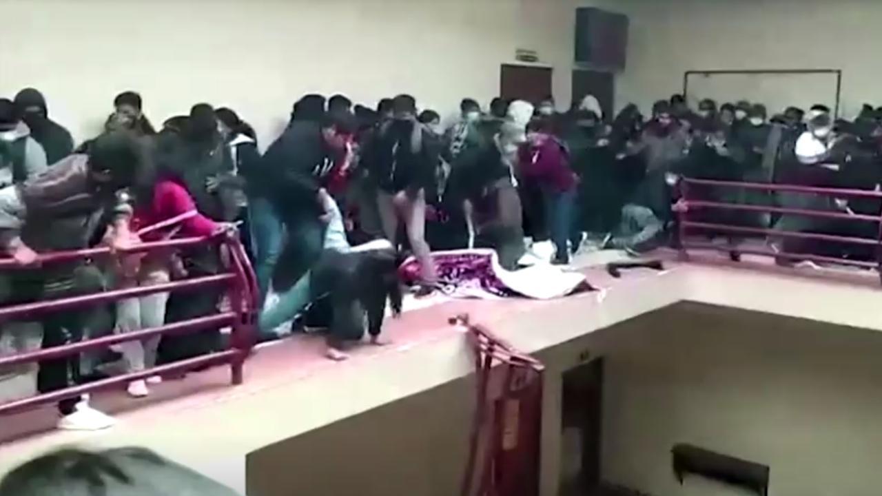 Korkuluk kırıldı, öğrenciler 4'üncü kattan düştü
