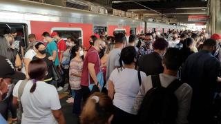 Brezilya'da metro istasyonunda yoğun kalabalık