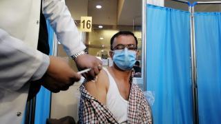 Irak'ta ilk koronavirüs aşısı yapıldı