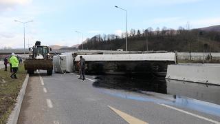 Düzce'de zift yüklü kamyon devrildi: Ulaşım aksadı