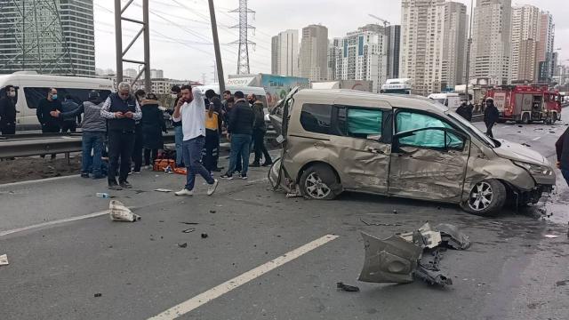 Beylikdüzünde kamyonet ve ticari araç çarpıştı: 3 yaralı