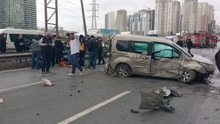 Beylikdüzü'nde kamyonet ve ticari araç çarpıştı: 3 yaralı