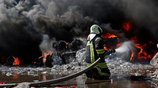 Manisa'da geri dönüşüm tesisinde çıkan yangın söndürüldü