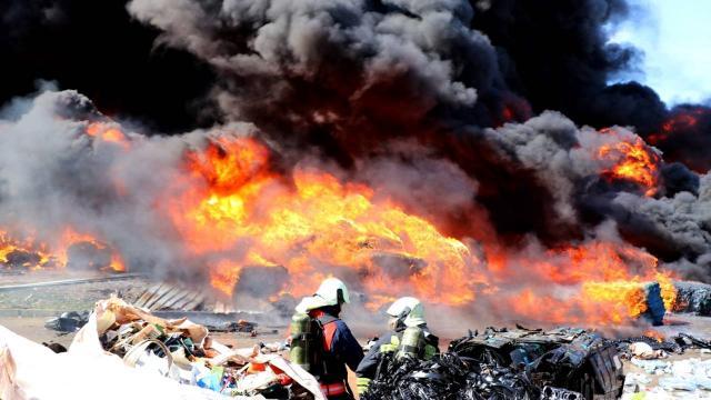 Manisada geri dönüşüm tesisinde çıkan yangın söndürüldü: 1 yaralı
